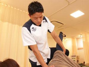 腰痛の施術をしている写真